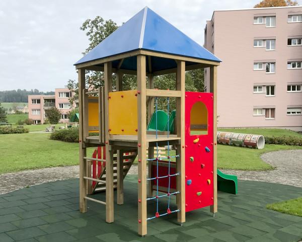 Spielturm Sunny mit Kletternetz, Kletterwand, Sprossenleiter, Pyramiedendach und Treppe - bowi.ch