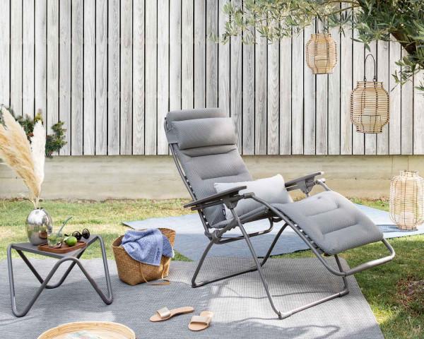 Lafuma Liegestuhl Futura Be Comfort® in der Farbe Silver mit Beistelltisch Vogue Titane auf Outdoor Teppich Melya im Garten - bowi.ch