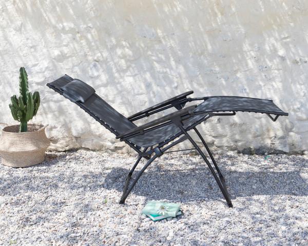 Stimmungsbild von Lafuma Liegestuhl Evolution in der Farbe Obsidian aufgeklappt - bowi.ch