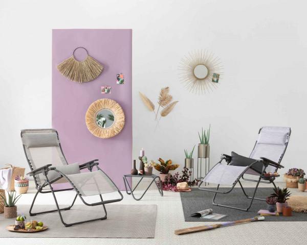 Lafuma Liegestuhl Futura Velio Neo® in der Farbe Ipanema und in der Farbe Mauve zusammen mit Beistelltisch Vogue auf Teppich Melya - bowi.ch