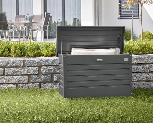 Stimmungsbild von Biohort Freizeitbox 100 in der Farbe Dunkelgrau-metallic im Garten mit geöffnetem Deckel - bowi.ch
