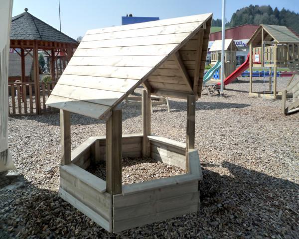 Sandkastenhaus Lisa mit Holzdach auf Spielplatz mit Holzschnitzel - bowi.ch