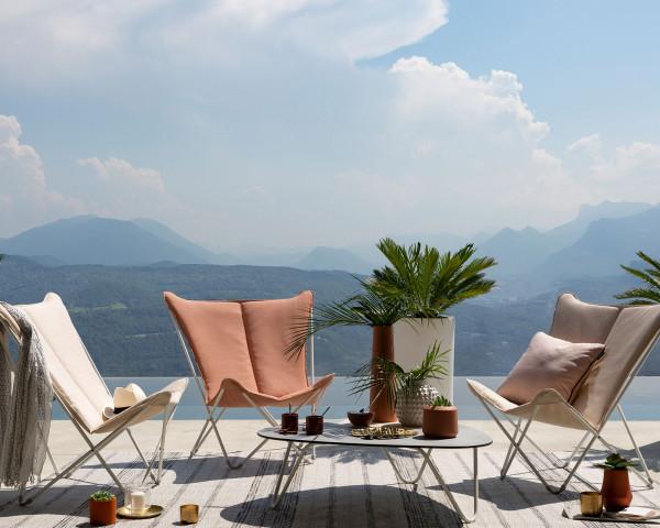 Lafuma Liegestuhl Sphinx Privileg in der Gestellfarbe Kaolin mit Batyline® Hedona Bezug Argile und Ocre auf Terrasse - bowi.ch
