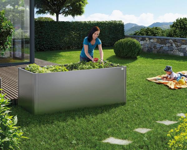 Stimmungsbild von Biohort Hochbeet in der Farbe Quarzgrau-metallic im Garten mit Salat - bowi.ch