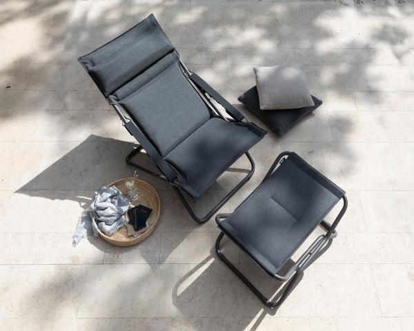 Lafuma Deckchair und Fussauflage Hedona Privileg Onyx Titane in der Sonne auf Terasse - bowi.ch