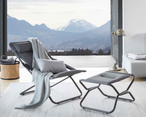 Lafuma Hocker Next Be Comfort® in der Farbe Silver zusammen mit Transabed Be Comfort® in der Farbe Silver auf Outdoor Teppich Melya in der Farbe Grau - bowi.ch