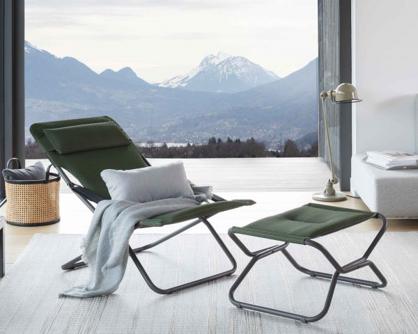 Lafuma Hocker Next Be Comfort® in der Farbe Olive zusammen mit Transabed Be Comfort® in der Farbe Olive im Wintergarten mit Aussicht auf Berge - bowi.ch