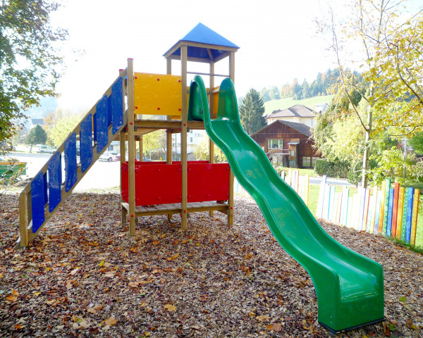 Spielturm Tomi mit Polyesterrutschbahn und Treppe mit Handlauf - bowi.ch