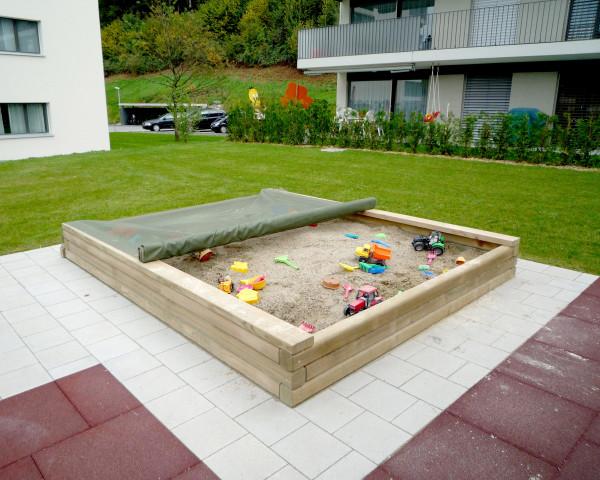 Sandkasten aus Holz mit Sandkastennetz Grün und gefüllt mit Spielsand und Sandspielzeug - bowi.ch