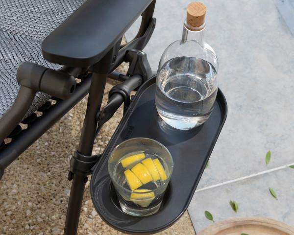 Lafuma Getränkehalter mit Zitronenwasser auf dem Ablageboard in der Farbe Noir befestigt an einem Liegestuhl Be Comfort - bowi.ch