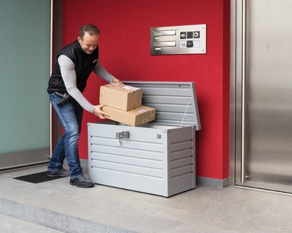 Stimmungsbild von Biohort Paketbox in der Farbe Silber-metallic vor dem Haus mit geöffnetem Deckel - bowi.ch