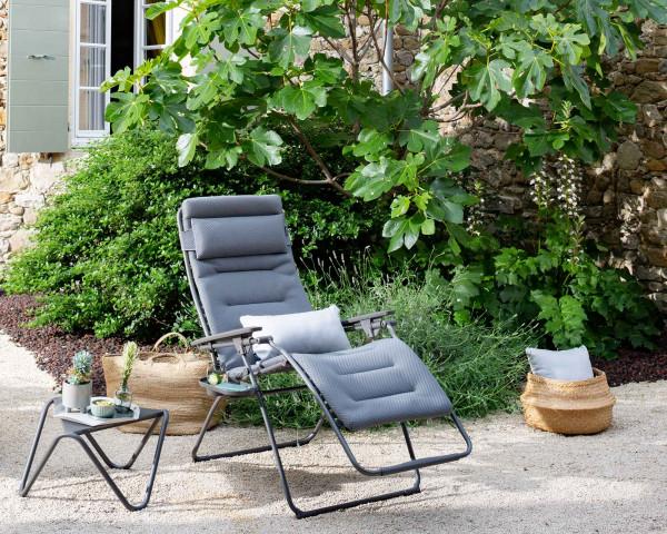 Lafuma Liegestuhl Futura XL Be Comfort® in der Farbe Silver zusammen mit Beistelltisch Vogue im Garten - bowi.ch