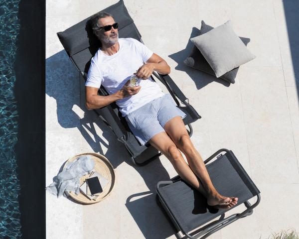 Lafuma Liegestuhl Transabed Be Comfort ® in der Farbe Dark Grey mit Fussteil Next am Pool - bowi.ch