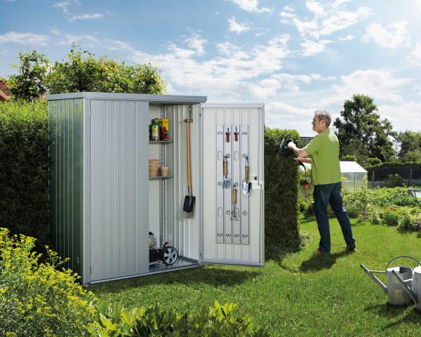 Stimmungsbild von Biohort Geräteschrank 150 in der Farbe Silber-metallic im Garten mit geöffnetem Türen - bowi.ch