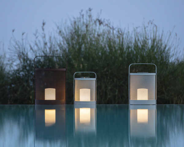 Laterne LED LUCI in 3 Grössen und 11 Gestellfarben mit Ladestation am Pool - bowi.ch
