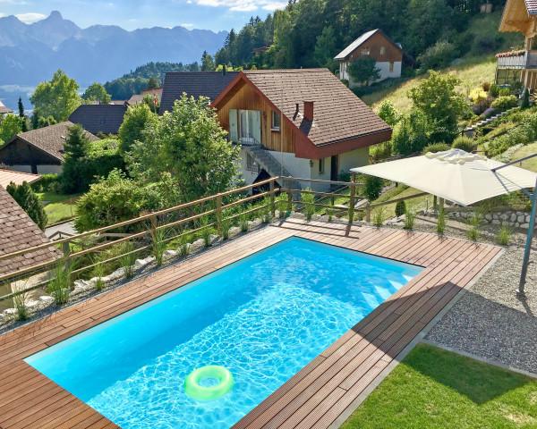 PP-Schwimmbecken Farbe weiss Holzboden Umrandung - bowi.ch