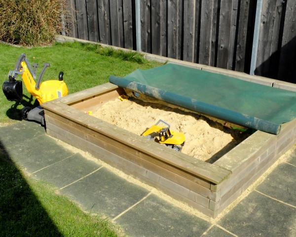 Sandkasten Conny mit Spielsand gefüllt und Sandkastenabedeckung - bowi.ch