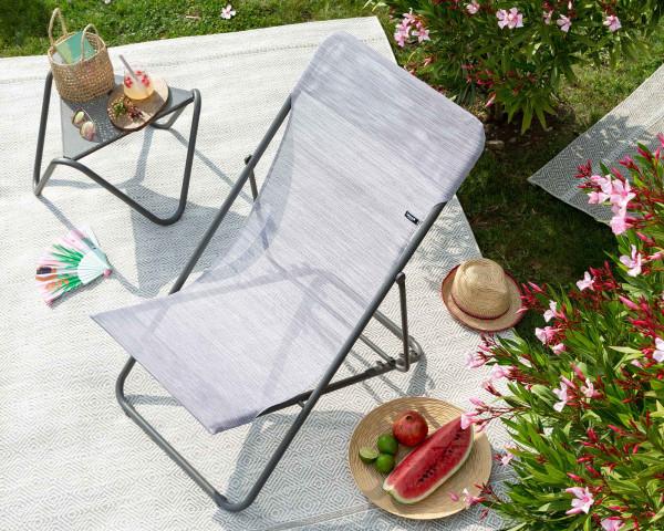 Lafuma Beistelltisch Vogue in der Farbe Titane mit Maxi Transat Velio Neo in der Farbe Ipanema Beige auf Outdoorteppich Melya Beige im Garten - bowi.ch