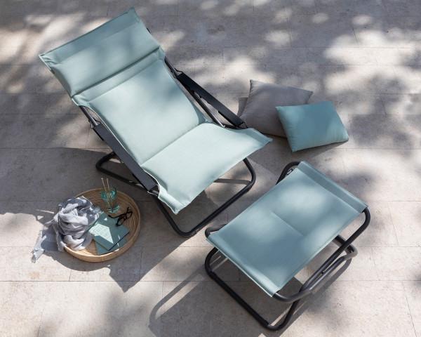 Lafuma Bayanne Lounge Deckchair und Hocker Hedona jade mit Zierkissen auf Terrasse - bowi.ch