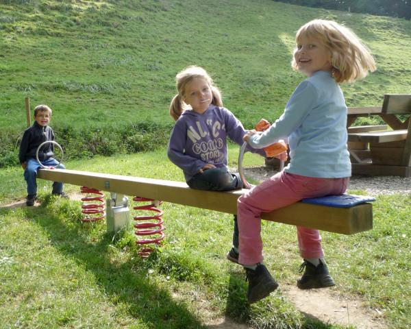 Federwippe Tina mit spielenden Kindern - bowi.ch