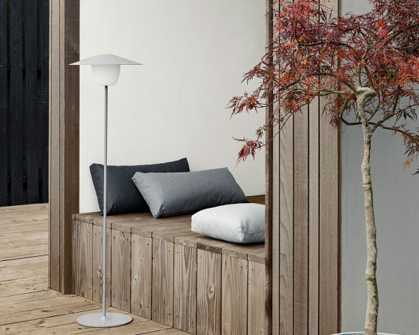 LED Lampe Floor hellgrau hoch auf Terrasse Blomus mit Akku - bowi.ch