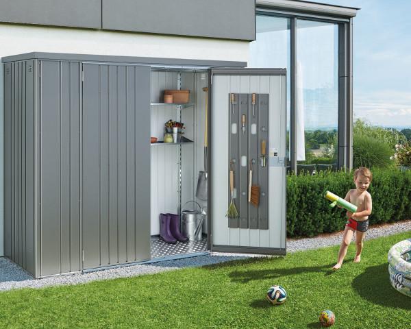 Stimmungsbild von Biohort Geräteschrank in der Farbe Quarzgrau-metallic im Garten mit geöffneter Türen - bowi.ch