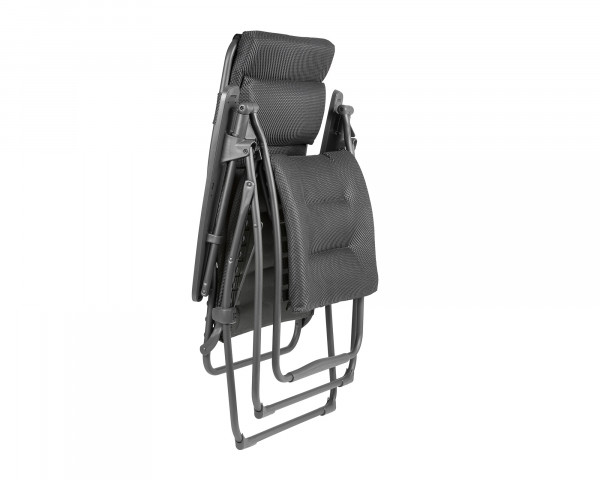 Lafuma Liegestuhl Futura XL Be Comfort® in der Farbe Dark Grey zusammengeklappt als freigestelltes Bild - bowi.ch