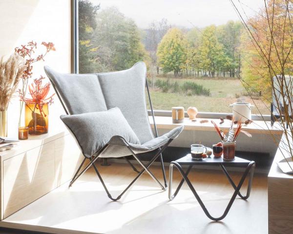 Lafuma Liegestuhl Sphinx Gewebe Sunbrella in der Farbe Tundra Grey mit Beistelltisch Vogue Titane in Erker mit Sicht ins Freie - bowi.ch