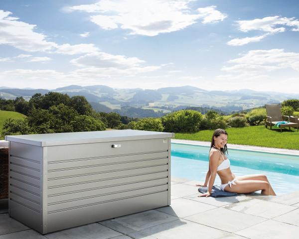 Stimmungsbild von Biohort Freizeitbox 160 in der Farbe Silber-metallic im Garten - bowi.ch