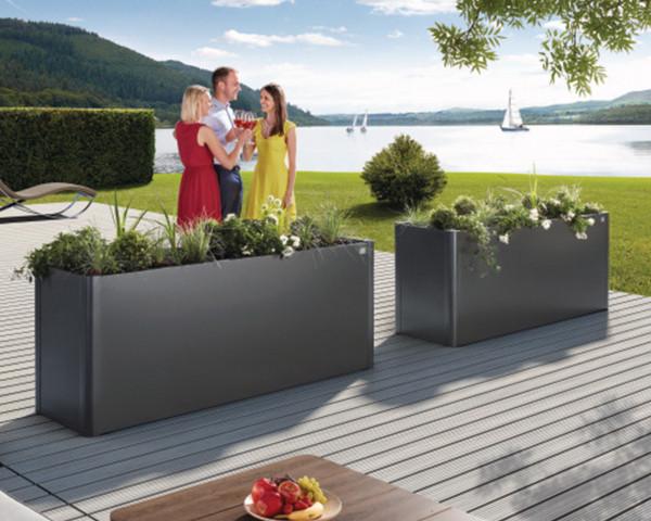 Stimmungsbild von Biohort Hochbeet in der Farbe Quarzgrau-metallic im Garten - bowi.ch