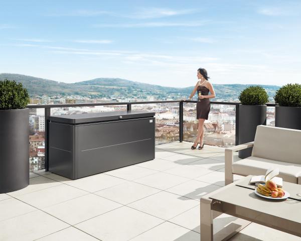 Stimmungsbild von Biohort Loungebox in der Farbe Dunkelgrau-metallic auf dem Balkon - bowi.ch