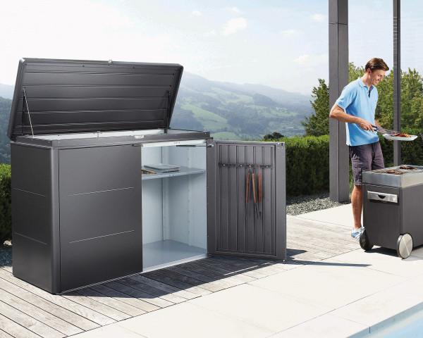 Stimmungsbild von Biohort Highboard 160 in der Farbe Dunkelgrau-metallic im Garten mit geöffnete Türen - bowi.ch
