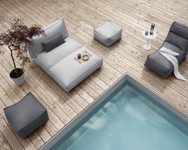 Garten Lounge STAY Daybed Cloud / Hellgrau Blomus auf Terrasse mit Pouf und Pflanze - bowi.ch