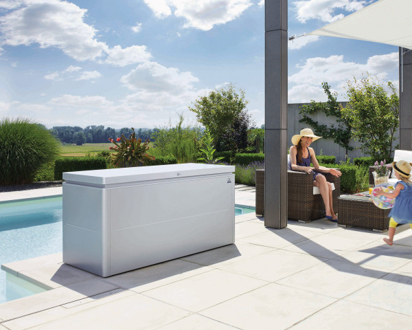 Stimmungsbild von Biohort Loungebox 200 in der Farbe Silber-metallic im Garten - bowi.ch