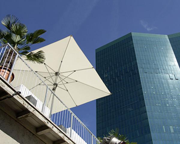 Sonnenschirm Fortero® Glatz quadrarisch 250 x 250 cm auf Dachtersse - bowi.ch