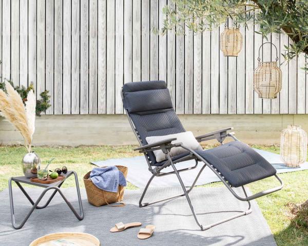 Lafuma Liegestuhl Futura Be Comfort® in der Farbe Dark Grey mit Beistelltisch Vogue Titane im Garten - bowi.ch