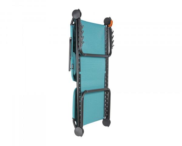 Lafuma Liegestuhl zum klappen in der Farbe Aqua als freigestelltes Bild in zusammengeklappter Form - bowi.ch