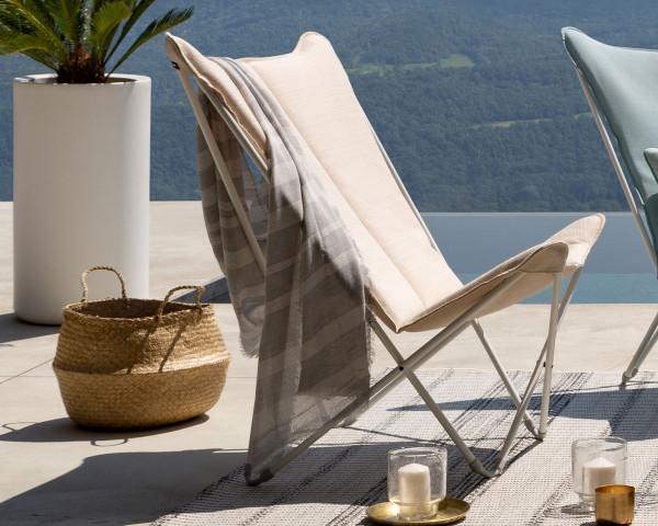 Lafuma Liegestuhl Sphinx Privileg in der Gestellfarbe Kaolin mit Batyline® Hedona Bezug Argile auf Terrasse mit Seeblick - bowi.ch