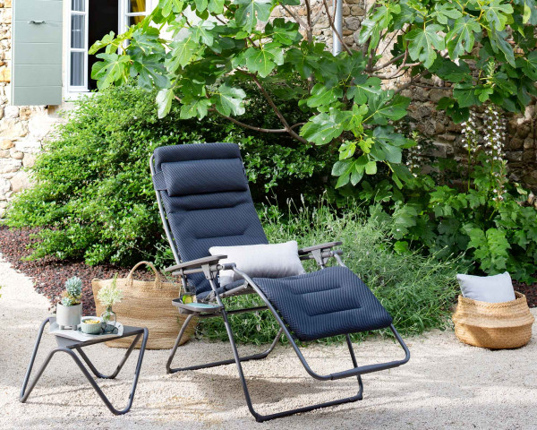 Lafuma Liegestuhl Futura XL Be Comfort® in der Farbe Dark Grey mit Beistelltisch Vouge perforiert in Titane im Garten - bowi.ch
