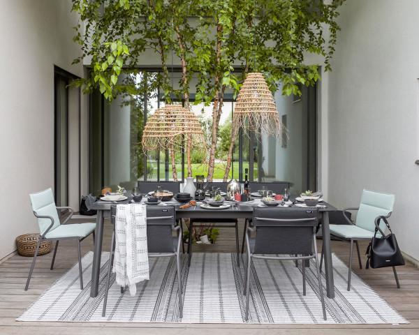 Hochwertiger Outdoor Teppich Lafuma in Noir 290 x 200 cm auf Terrasse mit Tischgruppe Ancone - bowi.ch
