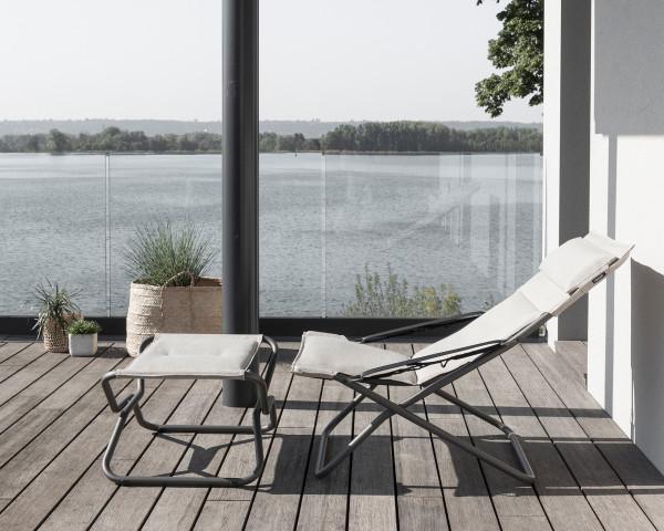 Lafuma Bayanne Lounge Deckchair und Hocker Hedona Latte auf terrasse mit schöner Aussicht - bowi.ch