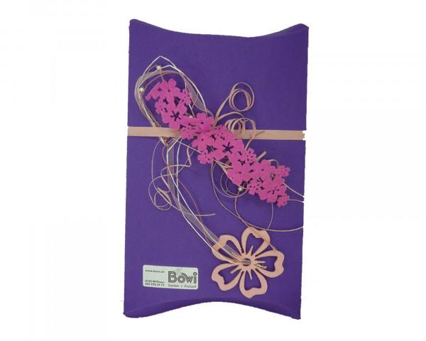 Gutscheinverpackung BOWI Violett mit Blumen - bowi.ch